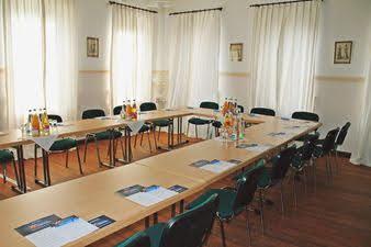 Tagungsraum mit Tischen gestellt in U-Form