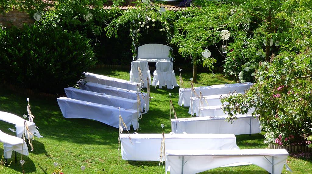 dekorierte Bestuhlung im Garten für eine freie Trauung