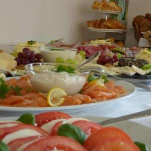 Frühstücksbuffet mit Lachsteller