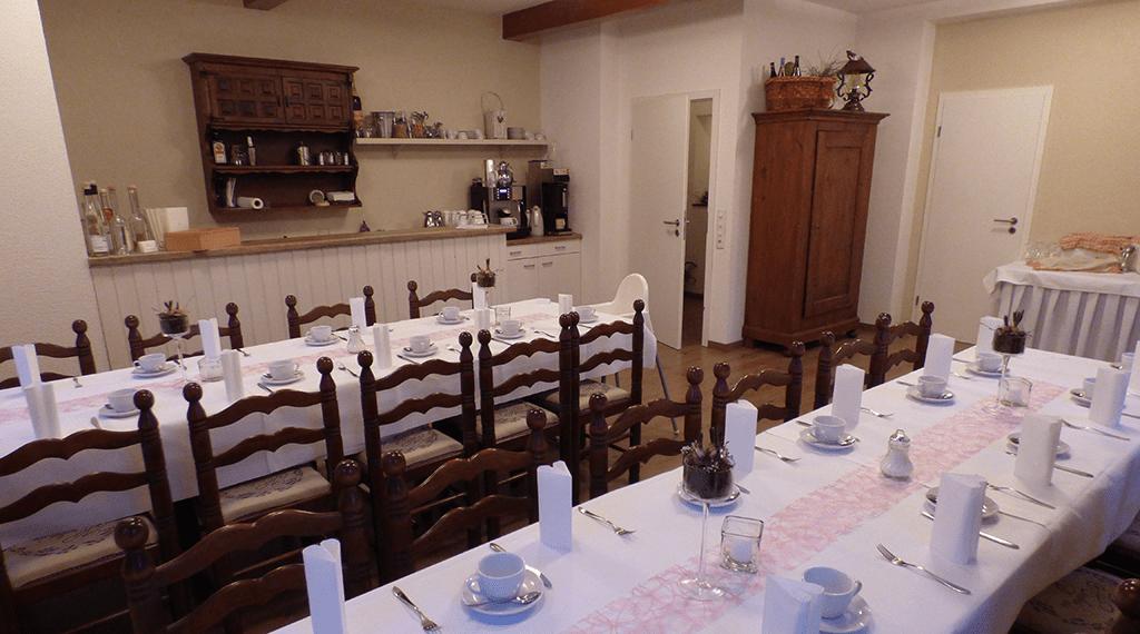 Hochzeitstafel gedeckt für Kaffee und Kuchen