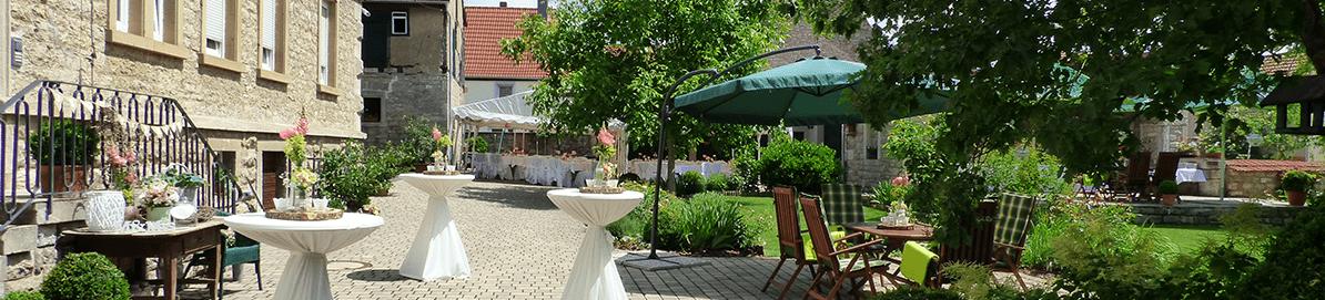 Landhaus Odaias Hof mit Sitzmöglichkeiten und blühenden Garten