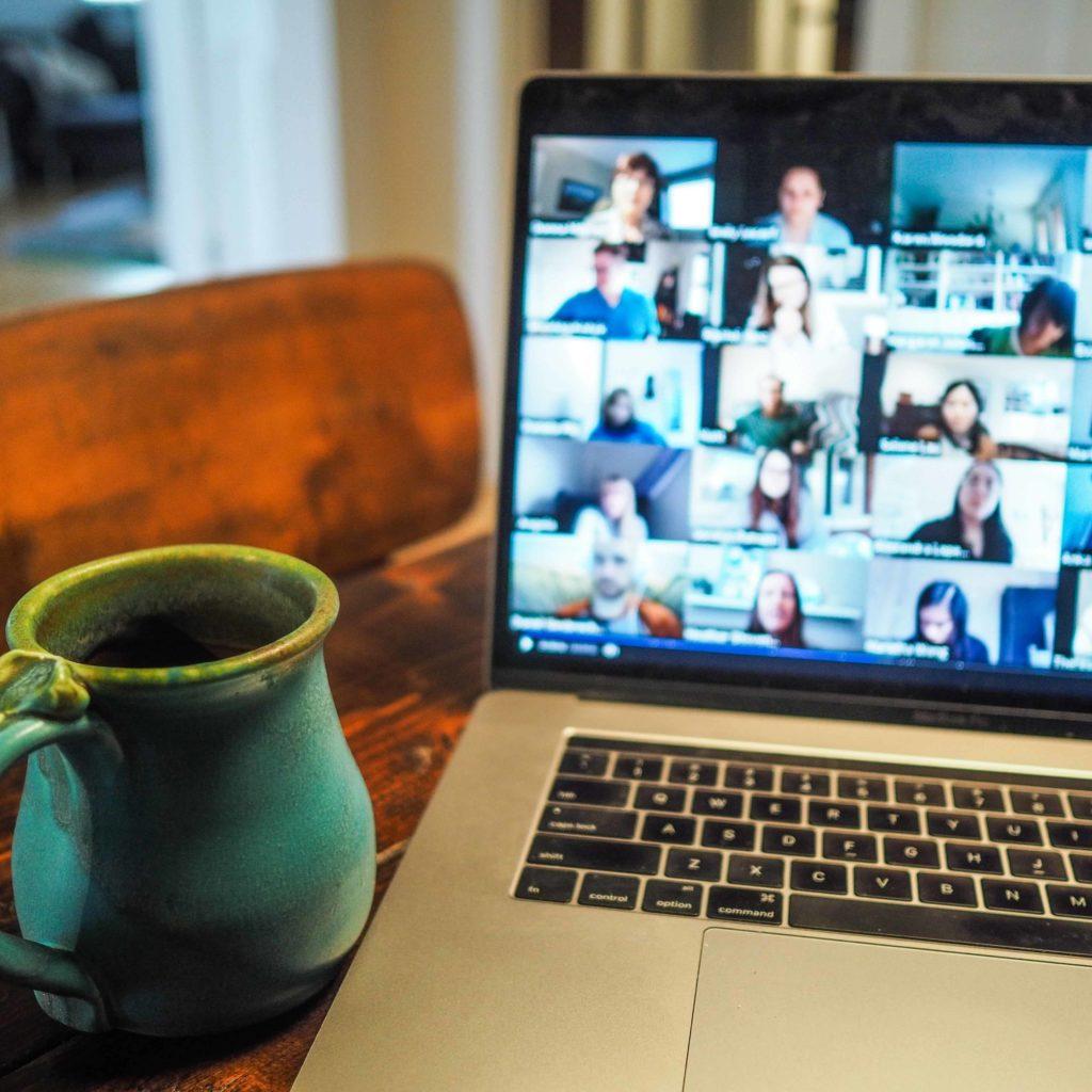 Zoom Call auf Mac mit Keramiktasse voller Kaffee