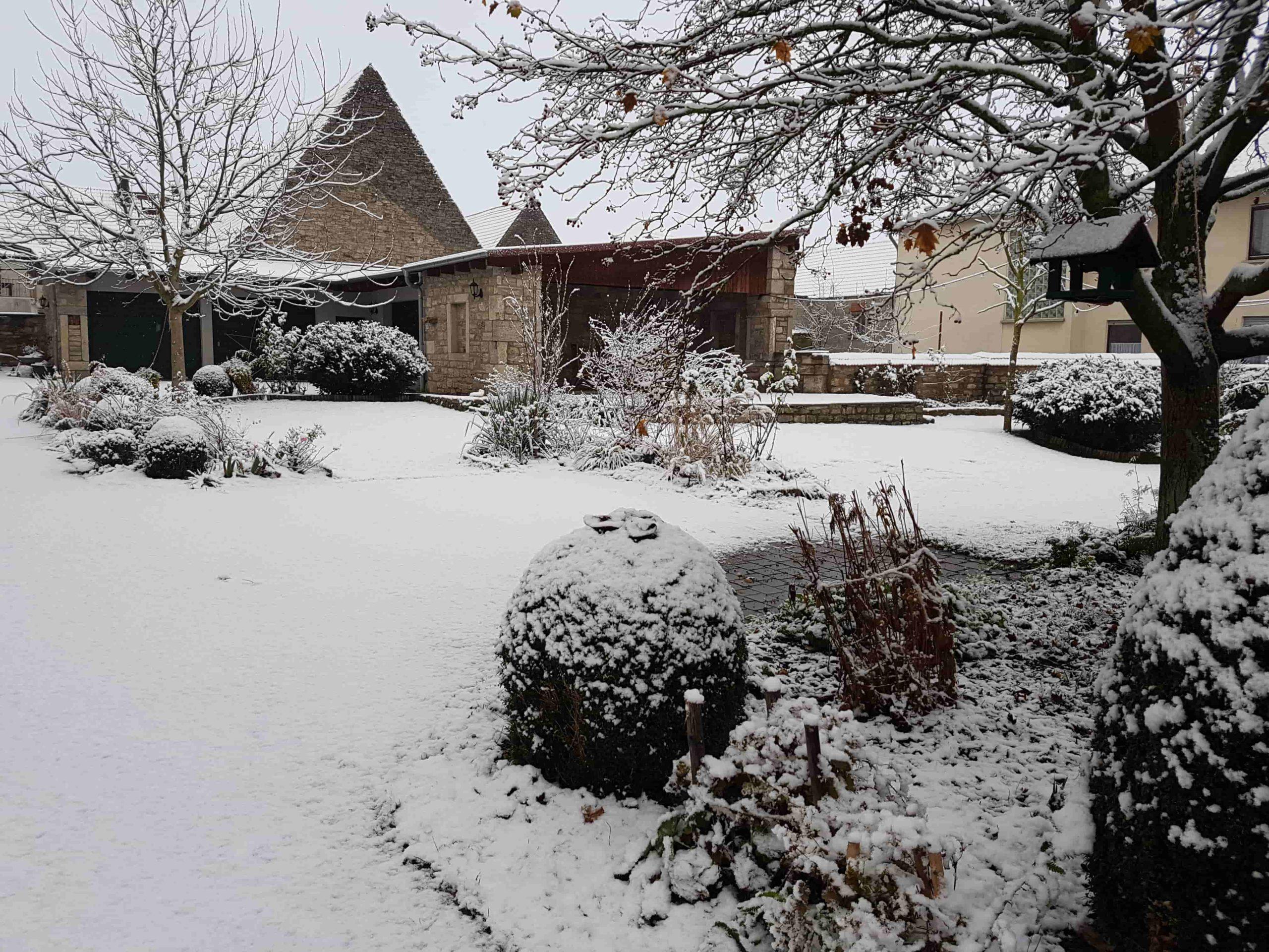 traumhafter Garten des Landhaus Odaia unter feiner Schneeschicht versteckt