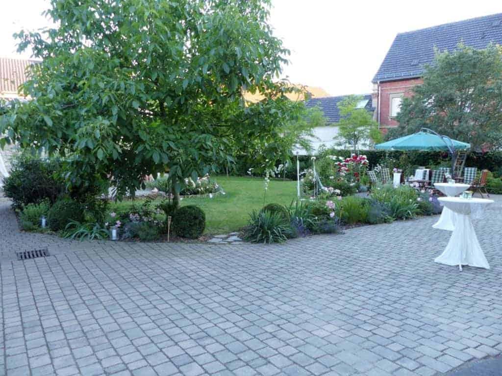 Überblick über den Hof und Garten mit kleinen Windspielen als Dekoration