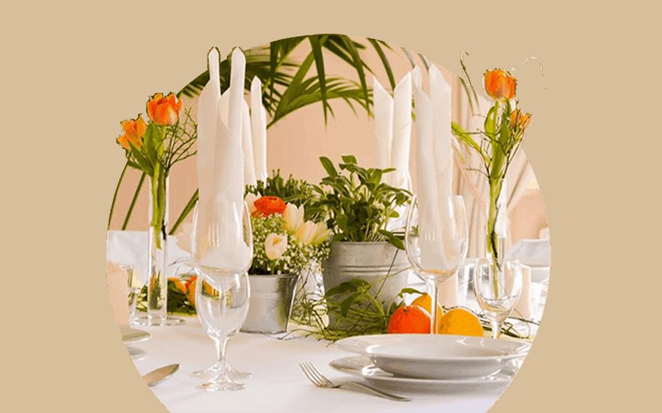 gedeckter Tisch mit orangefarbenen Tulpen im großen Salon