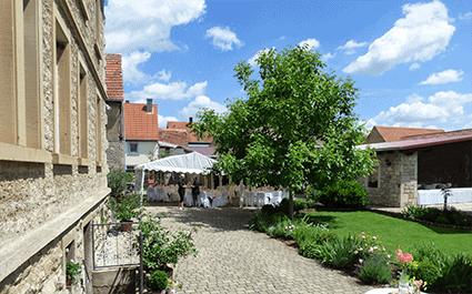Hof und Garten Eventlocation Odaia im Sommer mit Zelten