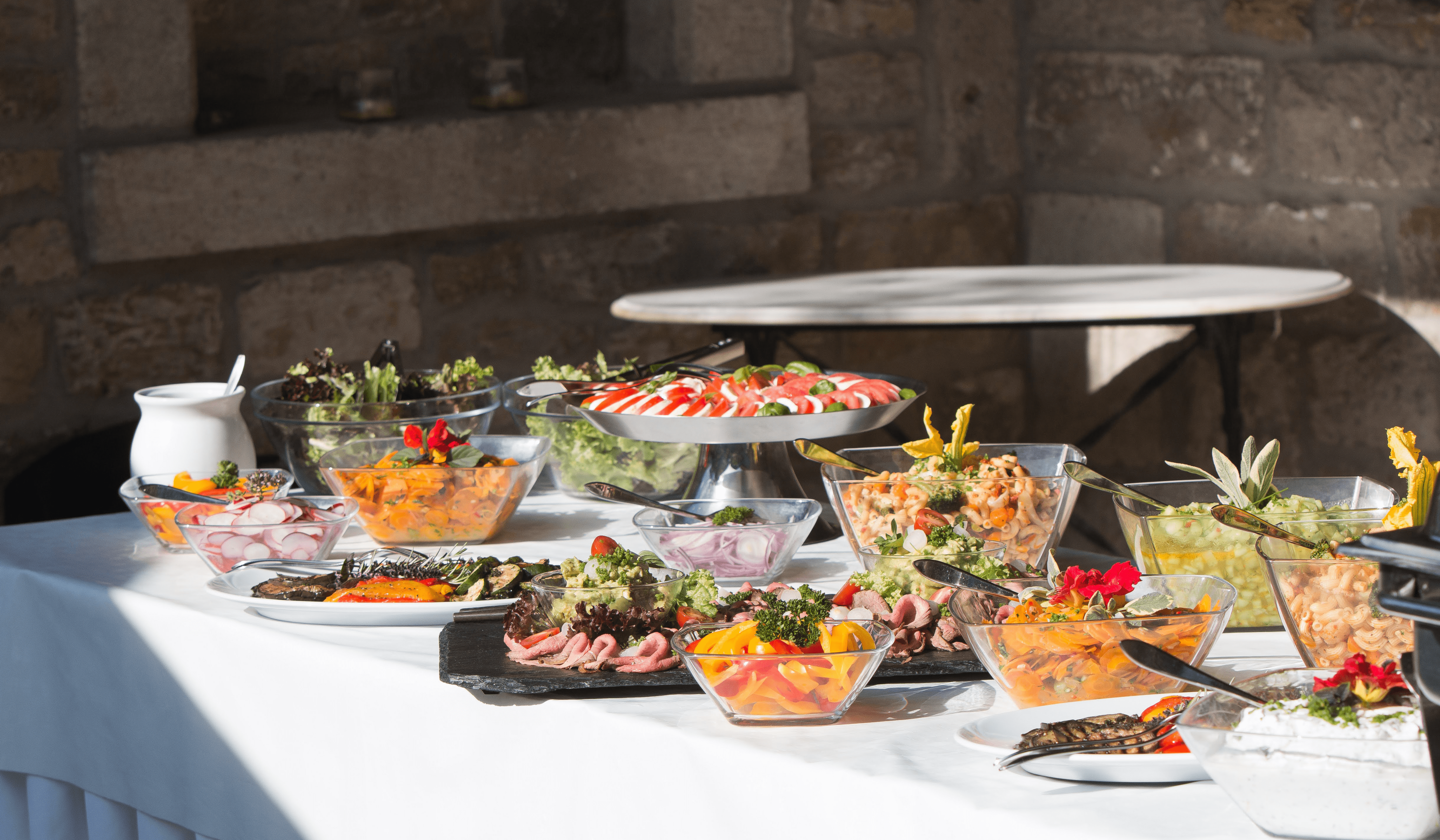 Buffet mit mediterranen Beilagen und Salaten