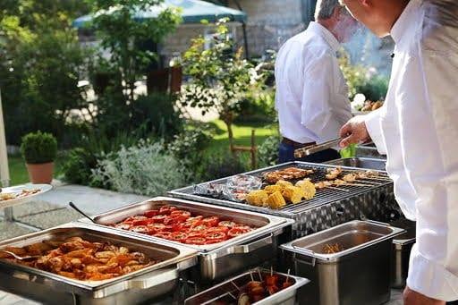 der Koch bereitet das Barbecue für das Event zu