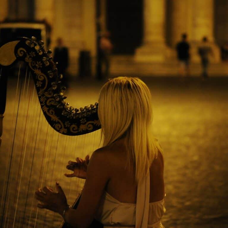 Strassenmusikerin mit Harfe
