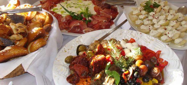 mediterranes Vorspeisenbuffet mit Antipastiteller und Brotkorb