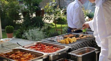 Barbecue mit Tomaten, Kartoffeln und Fleisch