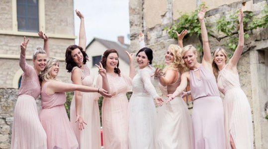 Brautjungfern stehen um Braut und jubeln