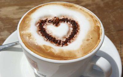 Cappuccinotasse mit Kakaherz auf Milchschaum