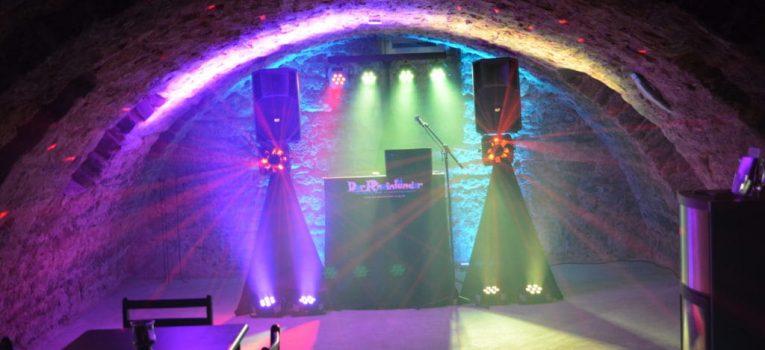 DJ Pult mit Lichtanlage verleiht dem Gewölbekeller Atmosphäre eines Clubs