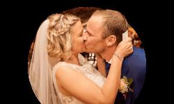 Brautpaar küsst sich leidenschaftlich nach der freien Trauung im Gewölbekeller