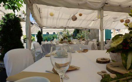Von einem gedeckten Tisch im Festzelt aus überblickt man die Anordnung der Tische