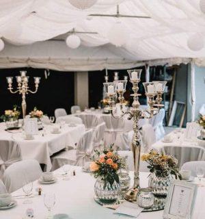 runde Hochzeitstische mit silbernen Kronleuchter in der Mitte