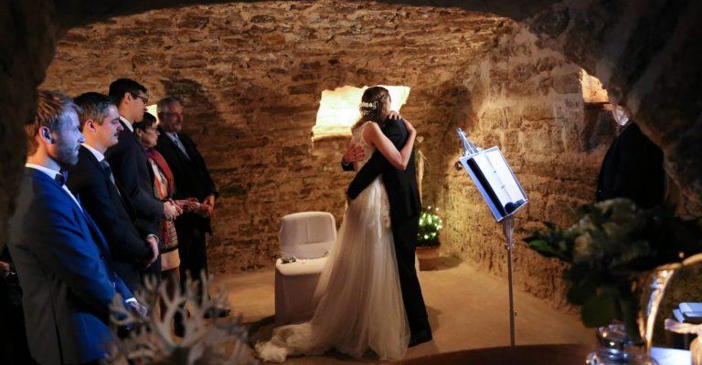 Hochzeitspaar umarmt sich nach freier Trauung im Gewölbekeller