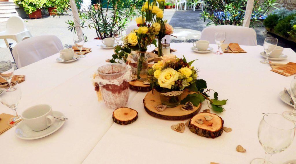 Tisch mit Kuchenservice und passender Hochzeitsdeko im Hof